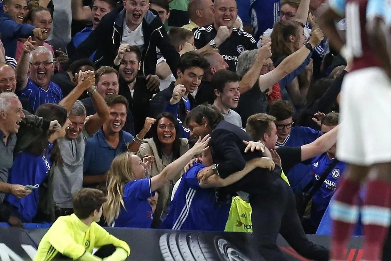 Eufórico, Conte comemora gol da vitória sobre o West Ham com a torcida