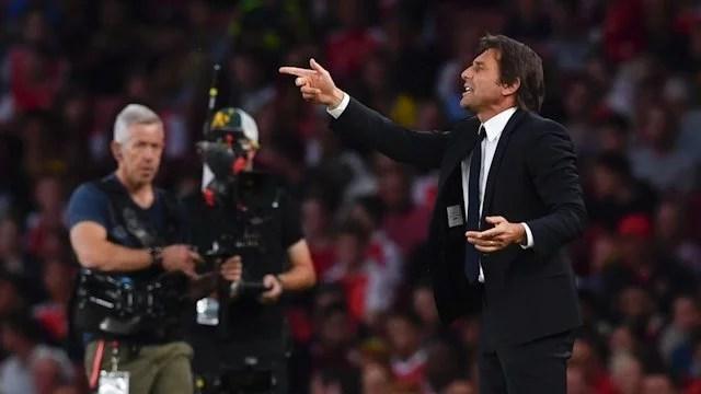Conte tenta corrigir time em campo, mas não se deu bem (Foto: Chelsea FC)