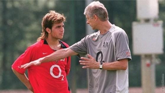 Fàbregas (esq.) ao chegar em Londres com apenas 16 anos (Reprodução Site Oficial Arsenal)