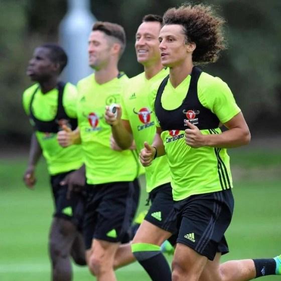 David Luiz (dir.) pode ter papel importante na defesa com três zagueiros (Reprodução Somtoo)