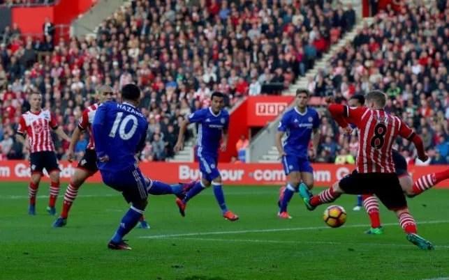 Hazard abre o marcador para o Chelsea (Foto: Rex Features)