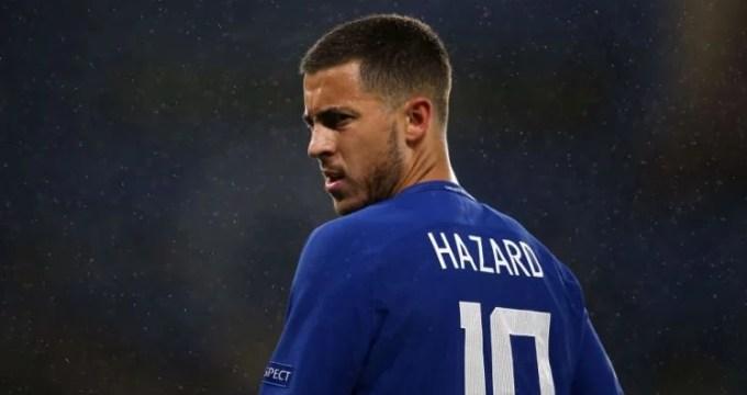 Camisa 10 da equipe, Hazard observa adamento do jogo contra o Qarabag.