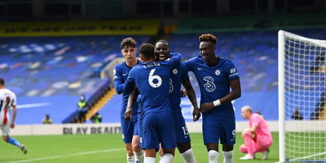 Chelsea: Thiago Silva e Kurt Zouma se abraçam