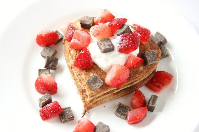 Don't these protein pancakes scream love!? Strawberries, chocolate, and pancakes! Insert the heart eye emoji here!