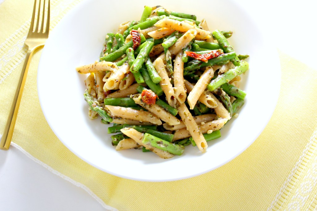 What can you make in 20 minutes, with one pot, and these 10 ingredients? One incredibly simple and delicious Lemon Asparagus Pesto Pasta. What are you waiting for? Make this recipe today!