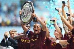Manchester+City's+Vincent+Kompany+celebrates+victory+as+he+lifts+the+Community+Shield