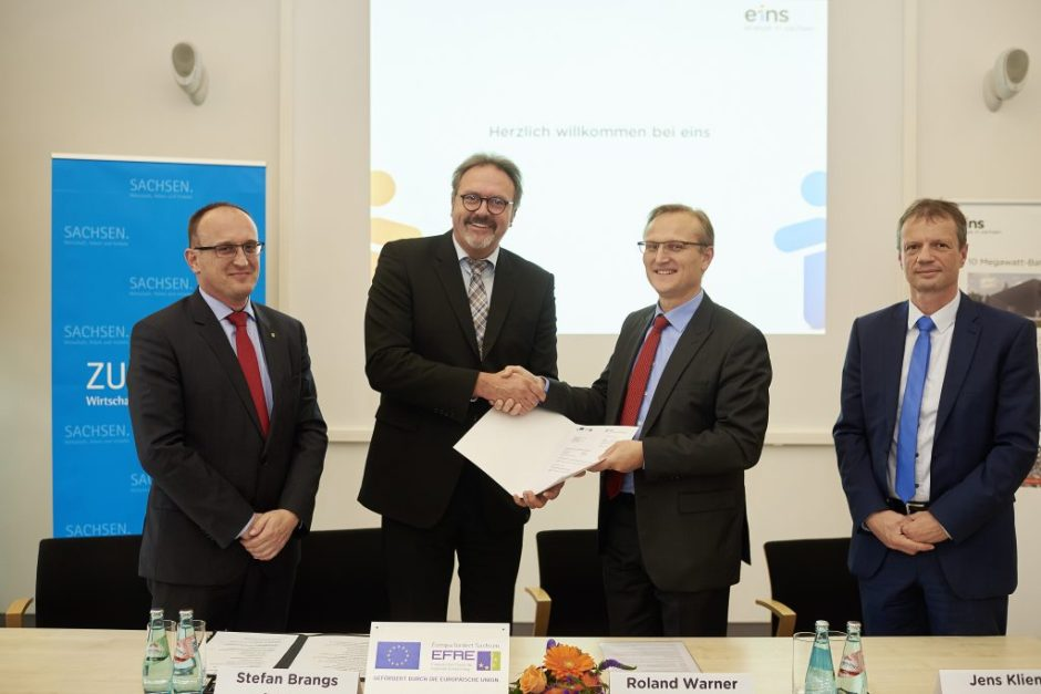 v.l.: mit Staatssekretär Stefan Brangs, Roland Warner (Vorsitzender der Geschäftsführung ein energie in sachsen) und Jens Kliemt (Leiter der Innovationssparte eins energie in sachsen)