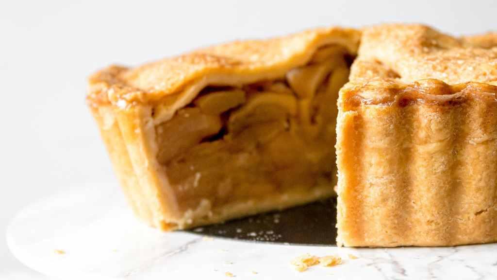 Best Homemade Deep Dish Caramel Apple Pie Recipe | Chenée Today