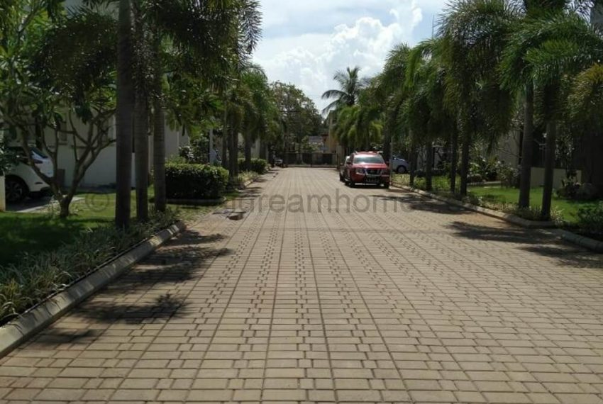 Broad Driveway, spacious to hold 4-5 large cars