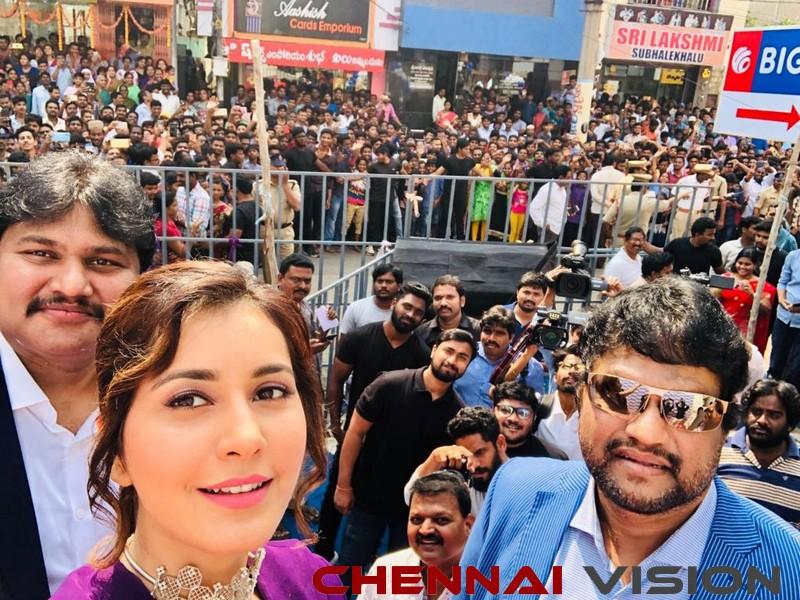 Actress RaashiKhanna launching a Big C store in Rajahmundry Event Photos 2