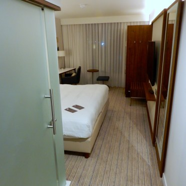Courtyard Luton Airport Hotel room DSCN9180