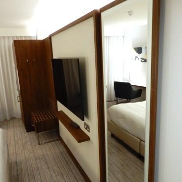Courtyard Luton Airport Hotel room DSCN9196