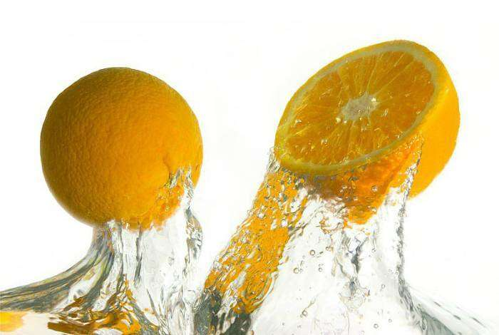 Чтобы выжать максимум сока из апельсина или лимона, покатайте его по столу перед тем, как разрезать.