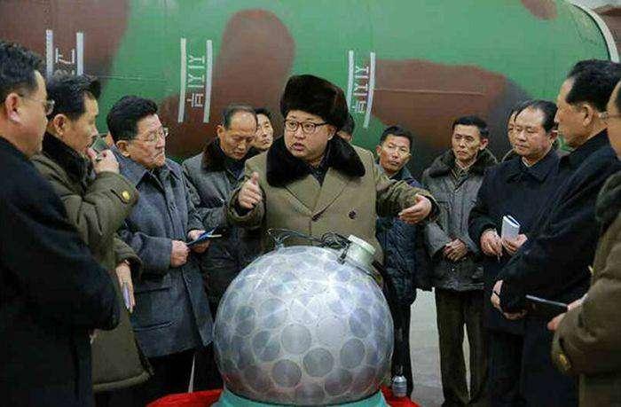 Появились фото Ким Чен Ына у макета ядерной боеголовки (3 фото)