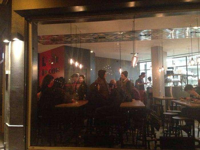 Парижский ресторан открылся впервые после атаки террористов (8 фото)
