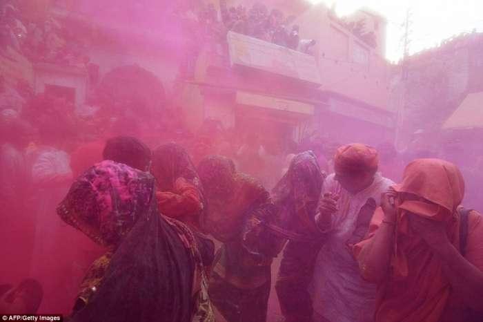 Праздник Латмар Холи - фестиваль красок, торжественная встреча весны в Индии