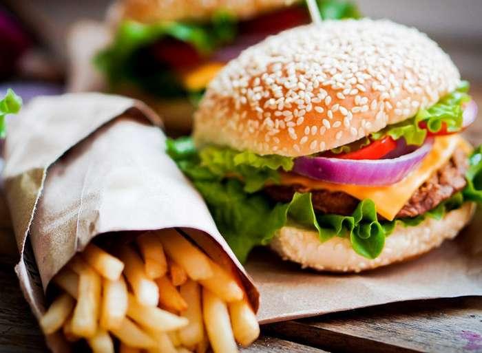 Реклама фастфуда воздействует на мозг, заставляя хотеть вредную пищу: ученые объяснили, почему реклама настолько эффективна