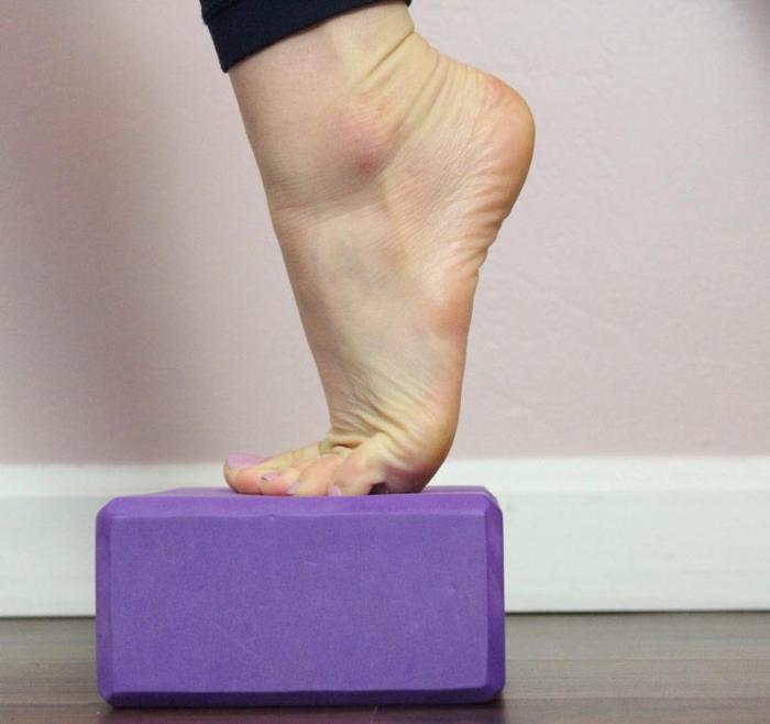 Соседка работает фитнес-тренером. Она показала 6 простых упражнений, которые помогут забыть про усталость ног