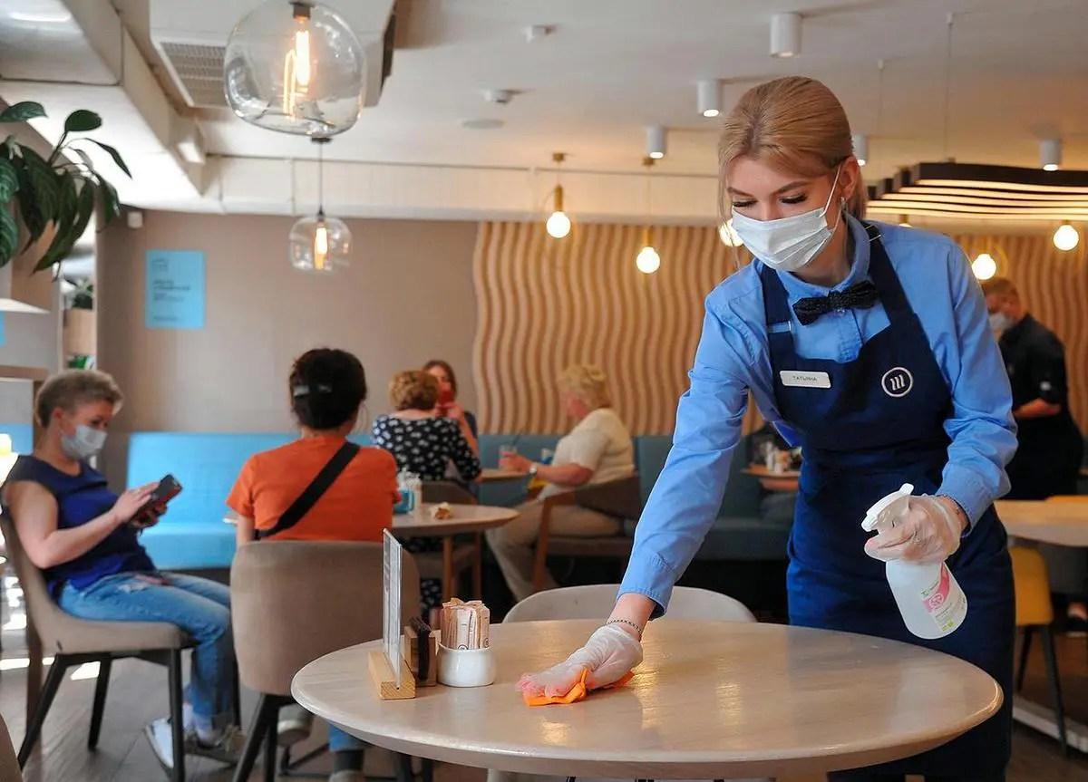 Сколько людей заражается коронавирусом в сфере услуг и транспорте?