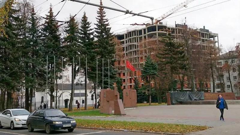 Белый дом о многоэтажке за площадью Победы: «В лоб вопрос решить невозможно»