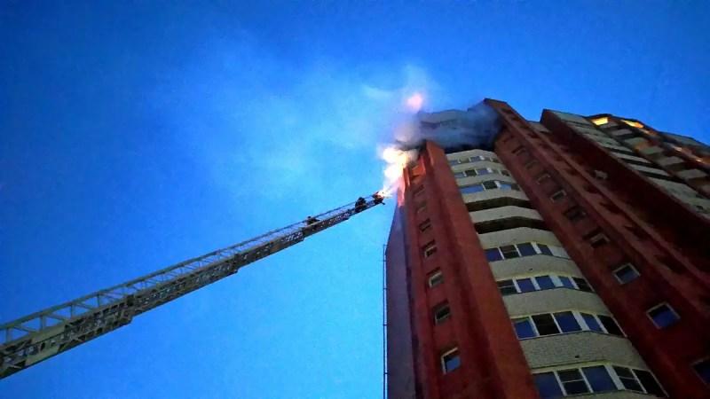 На пожаре в 17-этажке у парка «Дружба» пострадал человек