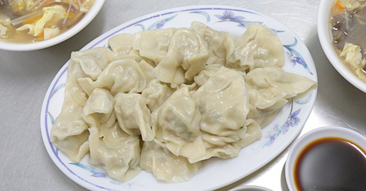 北方水餃,中華夜市近40年老字號水餃店,只賣水餃與酸辣湯,生意依舊強強滾