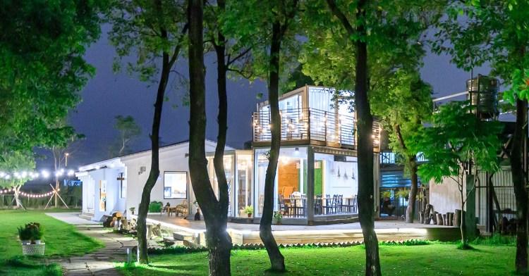 窩草的日子,台中人氣景觀餐廳,純白玻璃貨櫃屋搭配大片草皮好放鬆,夜晚閃閃發光也很美!