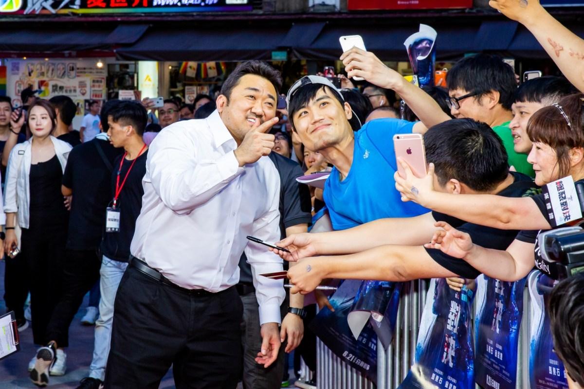 《極惡對決》馬東石親民與粉絲互動自拍