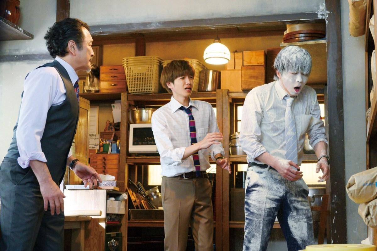 大叔之愛電影版吉田鋼太郎的爆笑表演,讓田中圭慘遭麵粉灑全身,中為志尊淳