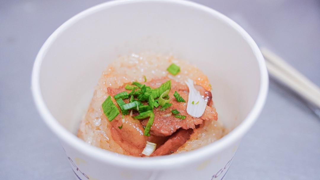 晶瑩剔透的米粒,襯上一片滷透鄉嫩的五花肉,灑上蔥碎,即是美味料理