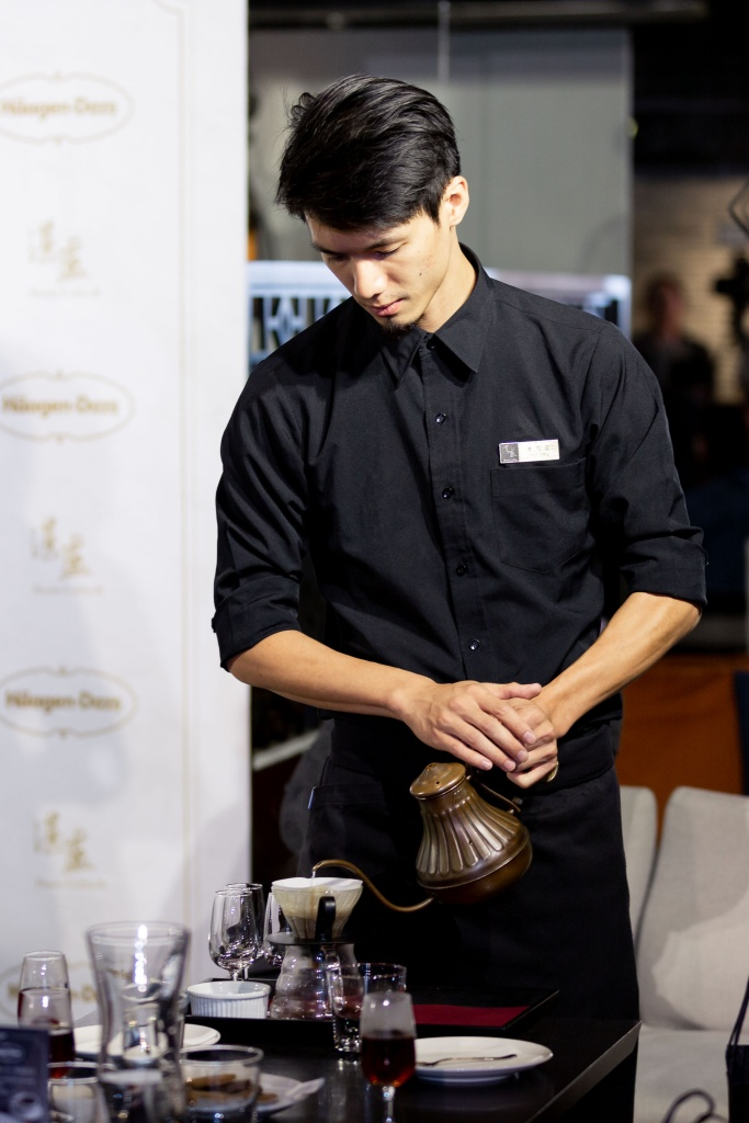 湛盧咖啡師展演精湛手沖咖啡技術