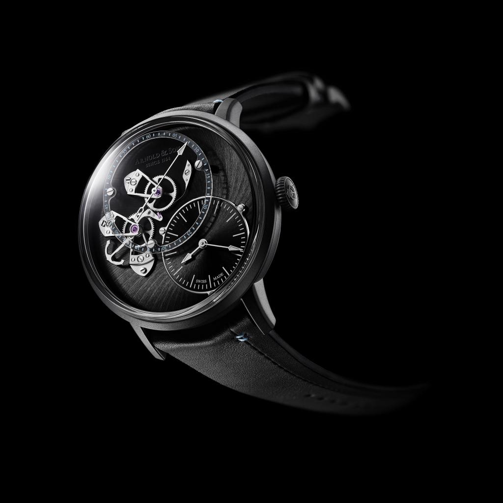 錶面上經拉絲打磨的煤灰色dlc塗層錶殻,小牛皮錶帶醒目的縫線與偏心放置的小時和分鐘盤對齊,多處細節皆呼應 Only Watch 2019 的淺藍色主題色彩。