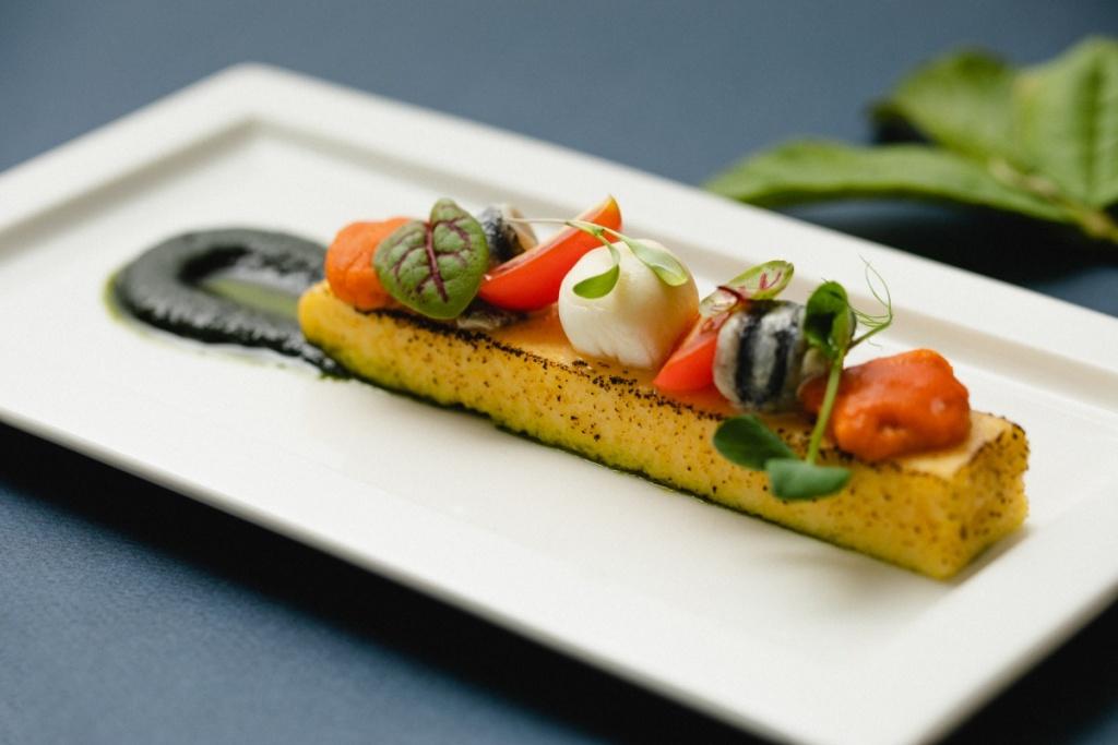 鯷魚海膽布拉塔乳酪襯義式玉米糕佐西西里青醬