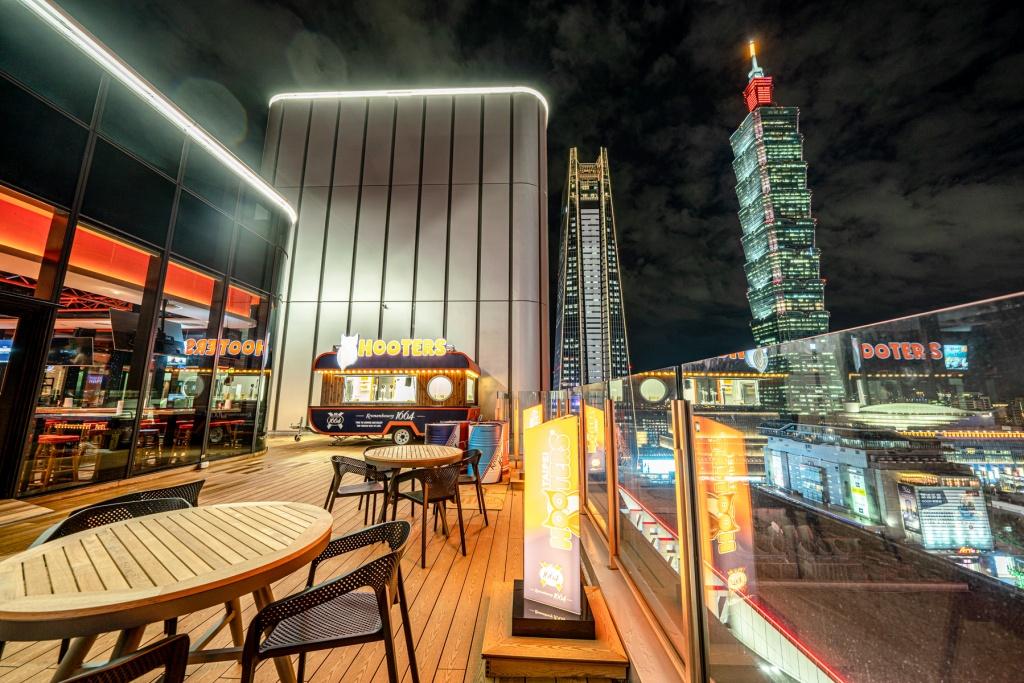 Hooters信義店美式餐廳坐擁百萬級景觀