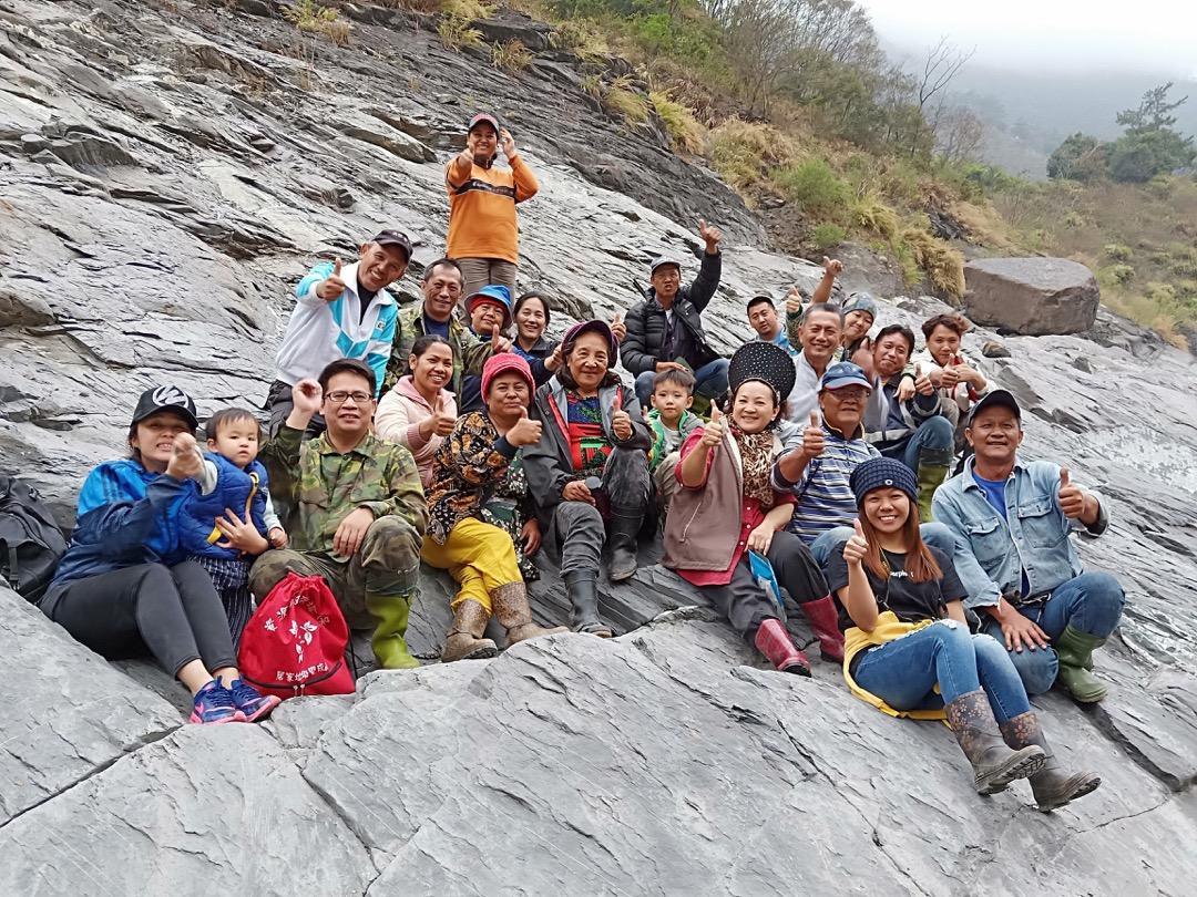 江維明邀請家族成員一同探訪位於深山的舊部落遺址。