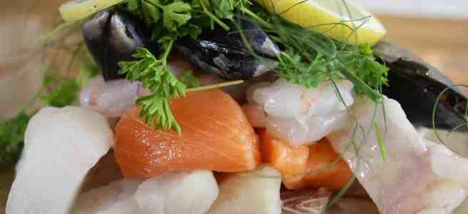 Seafood en Papillote. Prawns, salmon, mussels and hake baked en papillotte with fresh lemon, dill and parsley for a quick, tasty and low-fat meal.