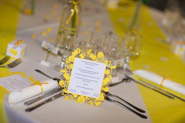Le menu sur la table jaune