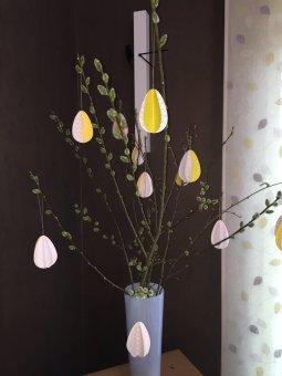 L'arbre de paques avec des oeufs en papier
