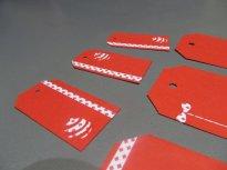 petites étiquettes cadeaux rouges