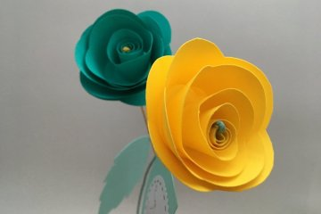rose en papier jaune et bleue