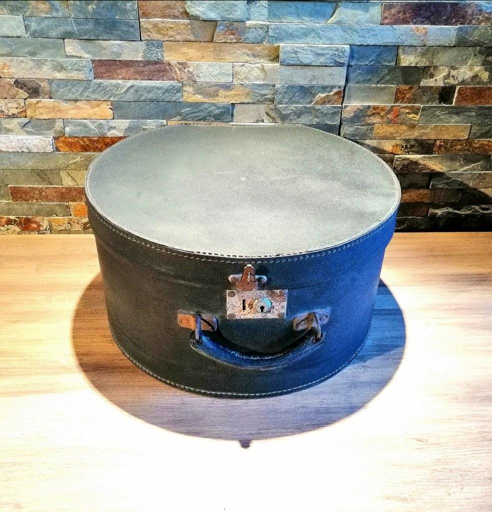 Boite à chapeau bleu/gris location décorations thème voyage Tours 37 indre et loire