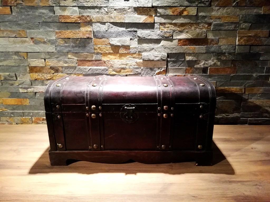 coffre bois et cuir foncé location décorations Tours 37 indre et loire