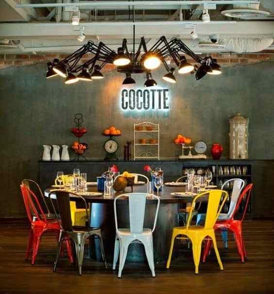 salle à manger colorée et de style industriel