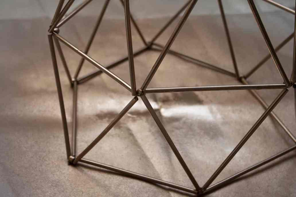résultat de la peinture en bombe sur les pailles - Fabriquer un lustre géométrique avec des pailles