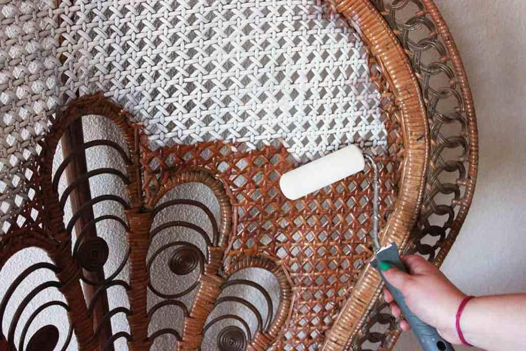 pàassage du rouleau peinture blanche fauteuil rotin - Repeindre un fauteuil rotin de style Emmanuelle
