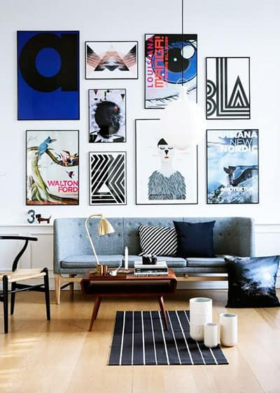 mur de cadre colore dans le salon - Pinterest : ajouter de la couleur dans le salon