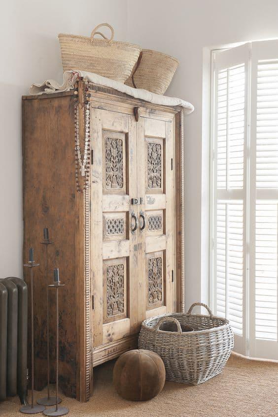 une vieille armoire en bois boheme - Un intérieur bohème pour une impression de voyage