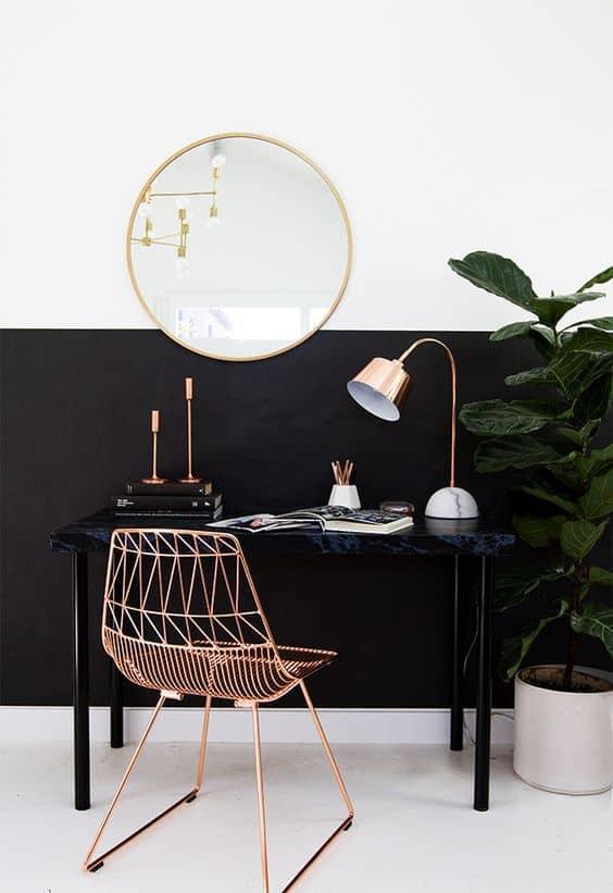 un bureau avec une chaise doree  - Pinterest : installer un bureau dans un petit espace