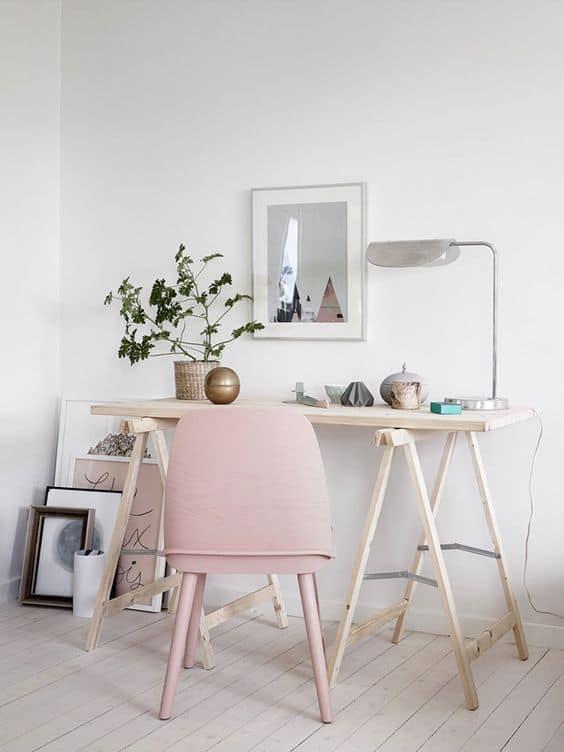 un bureau simpliste dans un petit espace