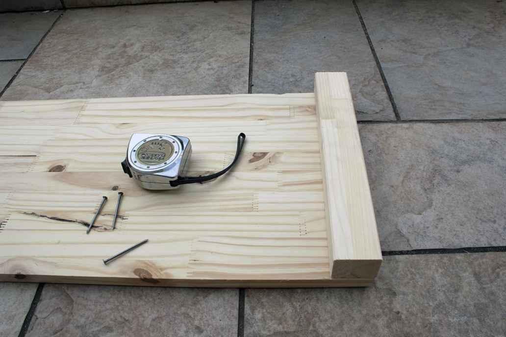 fixation tasseau planche bois clou carre potager - Apprendre à fabriquer un carré potager autour d'un DIY